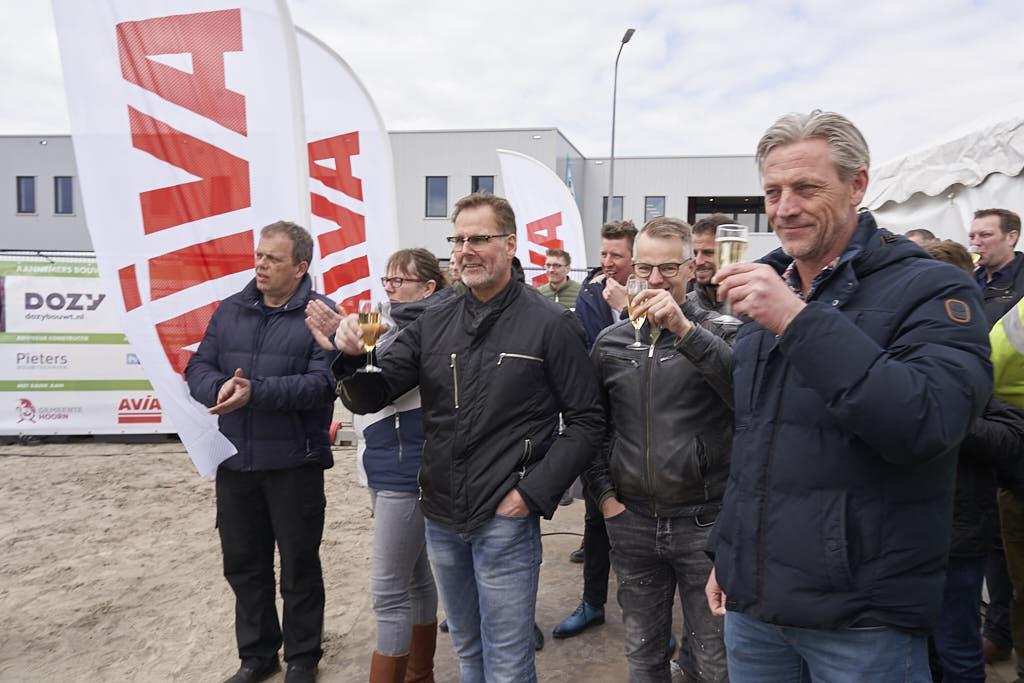 Publiek proost op slaan eerste paal MTP Hoorn